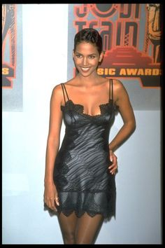 21 Stunning Photos Of Halle Berry In The Halle Berry Sexy, Halle Berry Style, Halle Berry Young, Halle Bery, Train Music, Style Année 90, Valentino Gowns, 90s Fashion, Fashion Trends