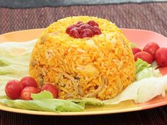 Colombian Arroz con Pollo - Colombian Chicken and Rice - use custard dishes sprayed with pam for individual servings or sprayed bowl Colombian Dishes, Colombian Cuisine, Rice Recipes, Chicken Recipes, Cooking Recipes, Cuban Recipes, Columbian Recipes, Pollo Recipe, Spanish Dishes