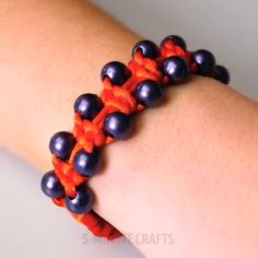 How to Make a Simple Paracord Bracelet – Braccialetti cordoncino – To Have a Nice Day Knit Bracelet, Bracelet Crafts, Paracord Bracelets, Jewelry Crafts, Handmade Jewelry, Cheap Jewelry, Macrame Jewelry, Macrame Bracelets, Kids Bracelets