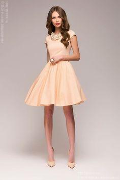 Персиковое платье в горошек с короткими рукавами и пышной юбкой