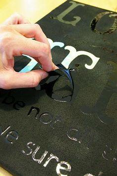 Compra un espejo. Pegale letras adhesivas . Pinta por arriba. Deja secar y retira la letras