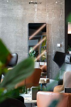 Ambiloom® Mirror 1700 ist ein moderner Ganzkörperspiegel mit ambienter Beleuchtung. Aus der Verschmelzung von Licht und Textil entstehen unvergleichliche Lichteffekte in der Spiegelung. Das verleiht dem Design Spiegel weitaus mehr als elegante Funktionalität. Er ist ein Stück Wandkunst, das die Wahrnehmung des Betrachters weckt. #ambiloom #ettlinlux #spiegel #lichtspiegel #interiordesign #hotel #hoteldesign #hotellobby Conference Room, Interiordesign, Mirror, Table, Furniture, Home Decor, Indirect Lighting, Modern Full Length Mirrors, House Design