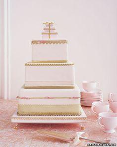 Tarta de bodas de 3 pisos en rosa y dorado que siempre nos encanta