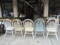 Great farm house chairs painted with Chalk Paint®, decorative paint by Annie Sloan. Old White, Old Ochre, Cream, Versailles and Provence Dining Table Redo, Kitchen Table Makeover, Dining Room, Chalk Paint Chairs, Painted Chairs, Refurbished Furniture, Painted Furniture, Diy Interior Painting, Old Tables