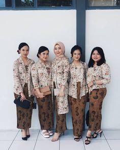 Image may contain: 5 people, people standing Kebaya Hijab, Kebaya Brokat, Kebaya Dress, Batik Kebaya, Kebaya Muslim, Diy Fashion Dresses, Hijab Fashion, Kebaya Simple, Batik Blazer