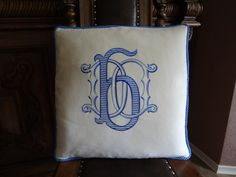 Декоративная подушка с вышитой монограммой