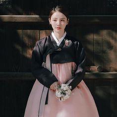 #디아르떼 블랙핑크 꽃 브러치 넘 예쁘죵 취향저격!  한복은 화요일 커밍순이여요:) #한복 #hanbok #일상 #수원 #감성한복 #가을 #가을한복 #한복화보 #한복스타그램