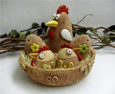 Slepice - větší škrábaná / Zboží prodejce Líísteček | Fler.cz Clay Birds, Felt Birds, Bird Crafts, Plate Crafts, Paper Basket Weaving, Balloon Basket, Birdhouse Craft, Holiday Baskets, Clay Bowl