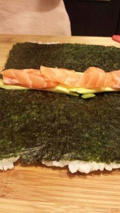 Sushi invertido de salmón y palta
