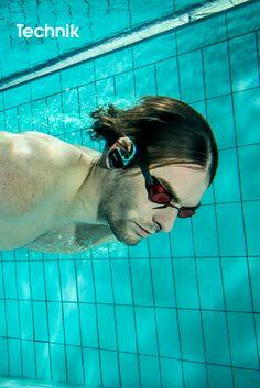 SONY • Sportlich unterwegs – der neue wasserdichte und kabellose WALKMAN NWZ-W273 von Sony.    Egal, ob beim Laufen, Schwimmen oder jedem anderen Workout: Mit dem neuen wasserdichten WALKMAN NWZ-W273 macht das Training jetzt noch mehr Spaß. Vier Gigabyte Speicher bieten genug Platz für die besten Playlists und in nur drei Minuten Ladezeit ist der WALKMAN für eine Stunde einsatzbereit. Voll geladen spielt er bis zu acht Stunden Musik ab und damit sogar genug für einen Marathon.