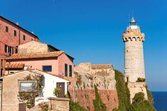Faro e città di PortoFerraio - Movingitalia.it
