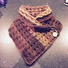 Euhmmm patroon ... Is gewoon 88 lossen opzetten. 1 rij stokjes. Dan rij met 2 stokjes, 2 reliefstokjes(zie you tube) , terug 2 stokjes,... (Wafelsteek) af en toe is in een V leggen en als het ok is. Laatste rij nog is gewoon stokjes en vastmaken met vasten Crochet Shawls And Wraps, Crochet Scarves, Crochet Clothes, Cowl Scarf, Diy Crochet, Plastic Canvas, Knitting, How To Make, Dresses