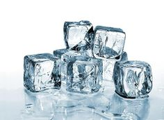 Как сделать кожу упругой, щечки – румяными?  Умойся кубиком льда. Можешь использовать лед на основе отвара ромашки или сока калины.