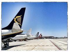 Los estacionamientos de la T-3 de #Málaga al completo by  @maspomada #aviacion