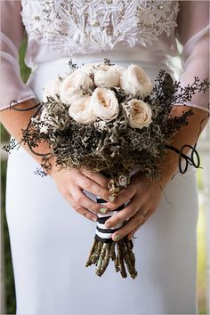 Black and white wedding bouquet @weddingchicks