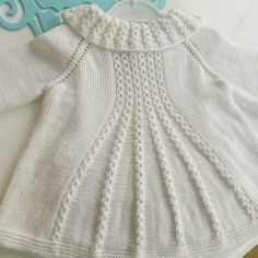 Flared Cardigan Making in the Example of a Coffee Crack Starting from the Collar. Shrug Knitting Pattern, Knitting Patterns, Knitting For Kids, Baby Knitting, Barnet, Unique Recipes, Baby Dress, Turtle Neck, Crochet