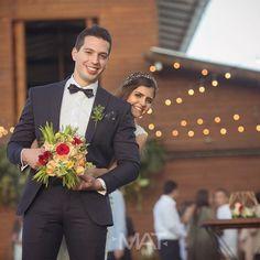 Casarnos es más que una decisión, es una necesidad de mirarte a los ojos cada mañana por el resto de mi vida. Foto @matfotografia   Contáctanos al 3106158616 / 3206750352 / 3106159806 y reserva desde ya, atendemos todos los días de la semana y fines de semana incluido festivos. www.zonae.com.  #ZonaE #ElEstablo #CasaBali #ZonaELlangrande #BodasAlAireLibre #BodasCampestres #weddingplaner #bodasmedellin #bodas #Eventos #boda #wedding #destinationwedding #bodascolombia #tuboda #Love #Bride
