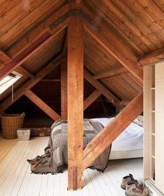 chambre mansardée, charpente, toiture en bois, poutres apparentes, parquet blanc, linge de lit blanc et couverture de lit grise