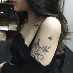 119 Delicately Beautiful Tattoos By South Korean Artist Hongdam - Tattoo Pins Dr Tattoo, Tattoo Trend, Get A Tattoo, Tattoo Ink, Black Tattoos, Body Art Tattoos, Girl Tattoos, Tatoos, Small Tattoos
