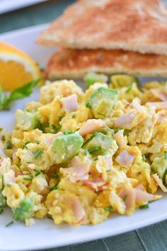 This ham and avocado scramble dish is the perfect breakfast but can also be eaten anytime of the day. Good Healthy Recipes, Healthy Breakfast Recipes, Brunch Recipes, Healthy Food, Healthy Eating, Breakfast Dishes, Breakfast Time, Ham And Eggs, Cooking