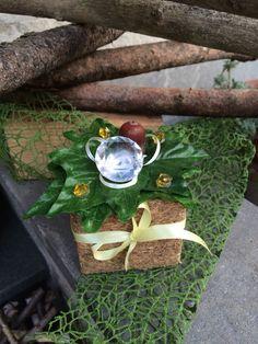 Centrotavola realizzato a mano su una base di legno riciclato ricompattato per festeggiare l'anniversario di matrimonio dei miei nonni , nozze di diamante