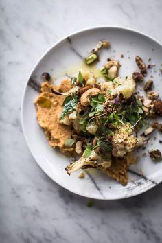 Langsam geröstet Blumenkohl-Salat mit Süßkartoffel Hummus Und Mutter Dukkah - Koch Republik