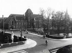 1952. De pas vernieuwde Bartholomeusbrug en zicht op het Bartolomeus Gasthuis a.d L.Smeestraat