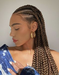 How to style the box braids? Tucked in a low or high ponytail, in a tight or blurry bun, or in a semi-tail, the box braids can be styled in many different ways. Natural Hair Braids, Braids For Black Hair, Black Girl Braids, Braids For Black Women, Brown Box Braids, Natural Hair Blowout, African Braids Hairstyles, Braided Hairstyles For Black Women, Natural Braided Hairstyles