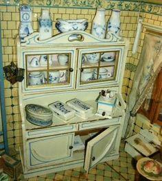 Vintage Dollhouse, Dollhouse Dolls, Dollhouse Miniatures, Miniature Rooms, Miniature Kitchen, Antique Toys, Vintage Toys, Childrens Tea Sets, Mini Doll House