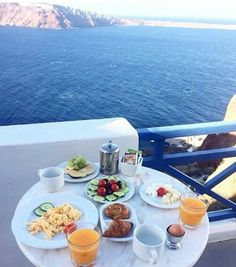 Breakfast @esperas with a breathtaking view  #santorini #oia #greece