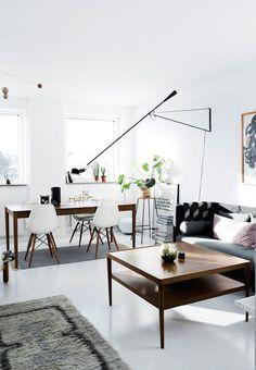Una casa danesa se da un cambio de imagen monocroma fresca