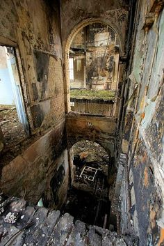 10 Scariest Abandoned Hospitals in the world Cane Hill Asylum, United Kingdom Old Abandoned Buildings, Abandoned Property, Abandoned Asylums, Old Buildings, Abandoned Places, Photo Post Mortem, Abandoned Hospital, Haunted Places, Urban Exploration