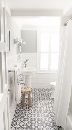 Such a simple and clean white and black bathroom design. - M Loves M Such a simple and clean white and black bathroom design. - M Loves M Ideas Baños, Cool Ideas, Tile Ideas, Decor Ideas, Decorating Ideas, Interior Decorating, 2017 Ideas, Bad Inspiration, Bathroom Inspiration