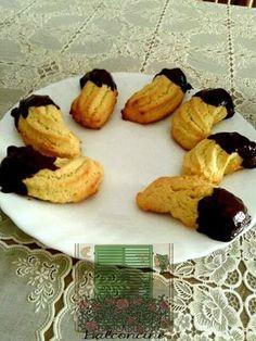 Questa è la versione dei viscotta co' mutu senza mandorle e glassati al cioccolato. Questi biscotti hanno un gusto semplice, classico che ricorda l'infanzia