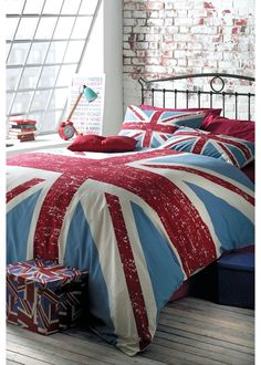 Union Jack print bed set! I would love to have a London/UK themed bedroom. So fantastic. If I had an endless budget this is definitely what I'd do with my room. Either this or all different cities. Like a travelers dream room.