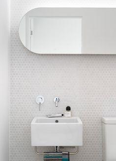 Белая мозаика в ванной комнате: 80+ интерьерных воплощений цветового пуризма и чистоты http://happymodern.ru/belaya-mozaika-v-vannoj/ Белая мозаика в ванной: шестигранная мозаика из натурального камня в небольшой ванной комнате Смотри больше http://happymodern.ru/belaya-mozaika-v-vannoj/