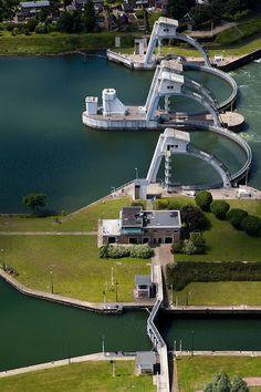 Stuw en schutsluis in de De Lek, Hagestein, Zuid Holland. In de middenpijler van de stuw is een waterkrachtcentrale ingebouwd.