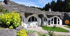 Tauchen Sie ein in die magische Atmosphäre des Auenlandes im Thüringer Wald und entdecken Sie die acht Naturhäuser des Feriendorfes.