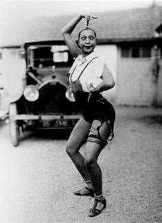 Joséphine Baker. Baker first came to the attention of audiences by playing the fool in the chorus line on the chitlin circuit, Joséphine would always retain talent for comedy.
