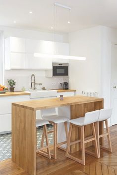 Cuisine ouverte sur salon réussie : 20 astuces - Clem Around The Corner Kitchen open to successful living room: 20 tips - Clem Around The Corner Home Decor Kitchen, Kitchen Interior, New Kitchen, Kitchen Dining, Small Kitchen Tables, Wooden Kitchen, Wooden Bar, Wood High Chairs, Bar Chairs