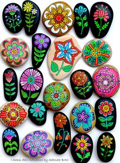 / Set of 7 Hand Painted Stones *Sassi dellAdriatico (Adriatic Sea) -Flowers / Set of 7 Hand Painted Stones *Sassi dellAdriatico (Adriatic Sea) - Christmas rocks with Artistro tutorial - Steine malen - Hand Painted Stone Owl Sassi dell'Adriatico Adriatic Rock Painting Patterns, Rock Painting Ideas Easy, Dot Art Painting, Rock Painting Designs, Pebble Painting, Pebble Art, Stone Painting, Stone Crafts, Rock Crafts