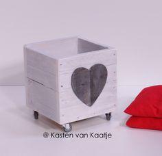 Kasten van Kaatje: opbergbak in steigerhout met wieltjes. Deze is in witte krijtverf met hart decoratie.