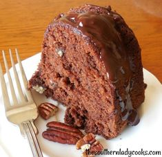 Chocolate pound cake is wonderful and delicious for any occasion or holiday. Your guests and family will love this cake. Children will love it, too. Great with any topping or just sprinkled with powdered sugar. Just Cakes, Cakes And More, Cake Cookies, Cupcake Cakes, Cupcakes, Chocolate Pound Cake, Chocolate Deserts, Pound Cake Recipes, Pound Cakes