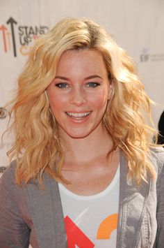 This wavy, casual & blonde beachy look is gorgeous!
