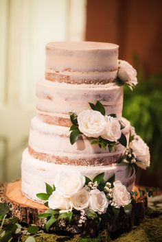 Semi naked cakes with the perfect amount of fresh blooms is the way to a rustic chic look! Photography: @katherynmoranphotography