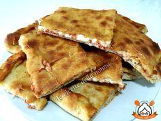 La Schiacciata Siciliana è una pasta lievitata simile alla pizza con un ripieno di pomodoro e mozzarella ottima per i più piccoli.