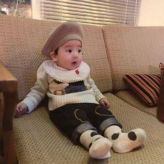 Trong hình ảnh có thể có: 1 người, đang ngồi và em bé Cute Asian Babies, Korean Babies, Cute Babies, Cute Baby Boy, Cute Kids, Father And Baby, Ulzzang Kids, Family Goals, Jikook