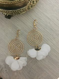 White Fabric Flowers and Gold Filled Earrings Handmade item Lenght: 8 Centimeters Material: Gold Filled and Fabric Diy Jewelry Rings, Handmade Wire Jewelry, Jewelry Design Earrings, Handmade Jewelry Designs, Jewelry For Her, Bead Jewellery, Stylish Jewelry, Diy Earrings, Earrings Handmade