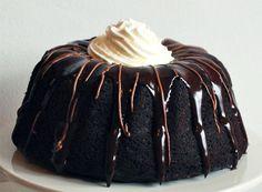 """We horen je al denken """"tulband-cakes zijn super ouderwets!"""". Klopt, maar dat maakt ze zeker niet minder lekker. Zo maakte Goddelijke Huisvrouw.nl onlangs deze Schwarzwalder Kirsch-variant met Kirsch, chocolade en kersenjam. Jum! Voor deze tulband gebruikten de maaksters een vorm met een inhoud van 2,3 liter, onder andere verkrijgbaar bij Dille & Kamille. Verwarm je […]"""