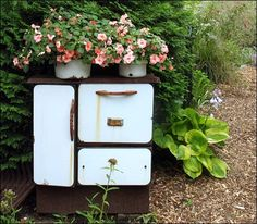 Antique kitchen stove with impatiens planters.  What a great repurpose!